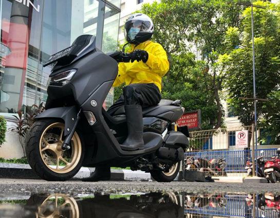 Tips Aman Mengendarai Sepeda Motor Saat Hujan