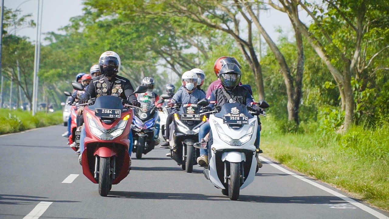 Kopdargab Komunitas PCX: Touring Hingga Aksi Sosial di Pantai Camplong, Madura