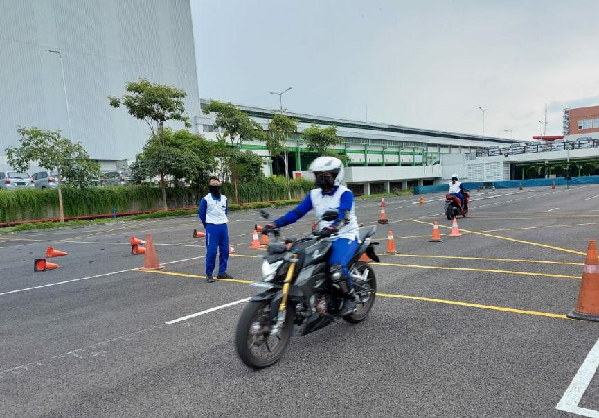 MPM Honda Jatim Berikan Training Safety Riding Komunitas Honda CB150R