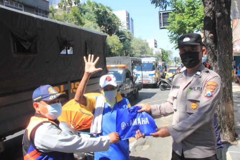 Yamaha Jatim Bagikan Paket Sembako Dukung Giat Patroli PPKM Polrestabes Surabaya
