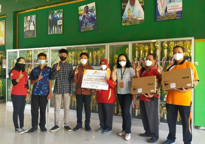 MPM Honda Jatim Berikan Beasiswa Dan Laptop Untuk Pelajar Berprestasi Di Ponorogo